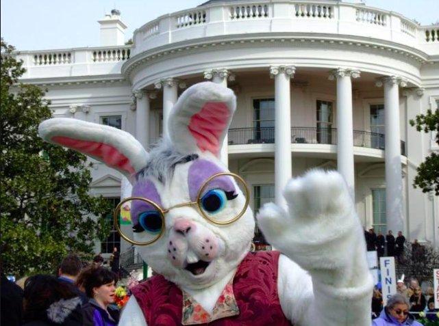 Пресс-секретарь Трампа в роли пасхального зайца (из архивов)