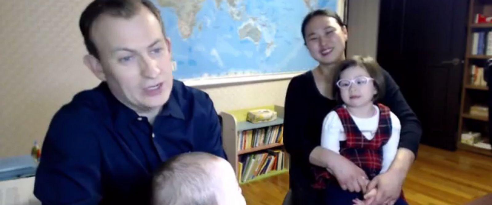 Роберт Келли с семьей на втором интервью ВВС. Фото: abcnews.go.com