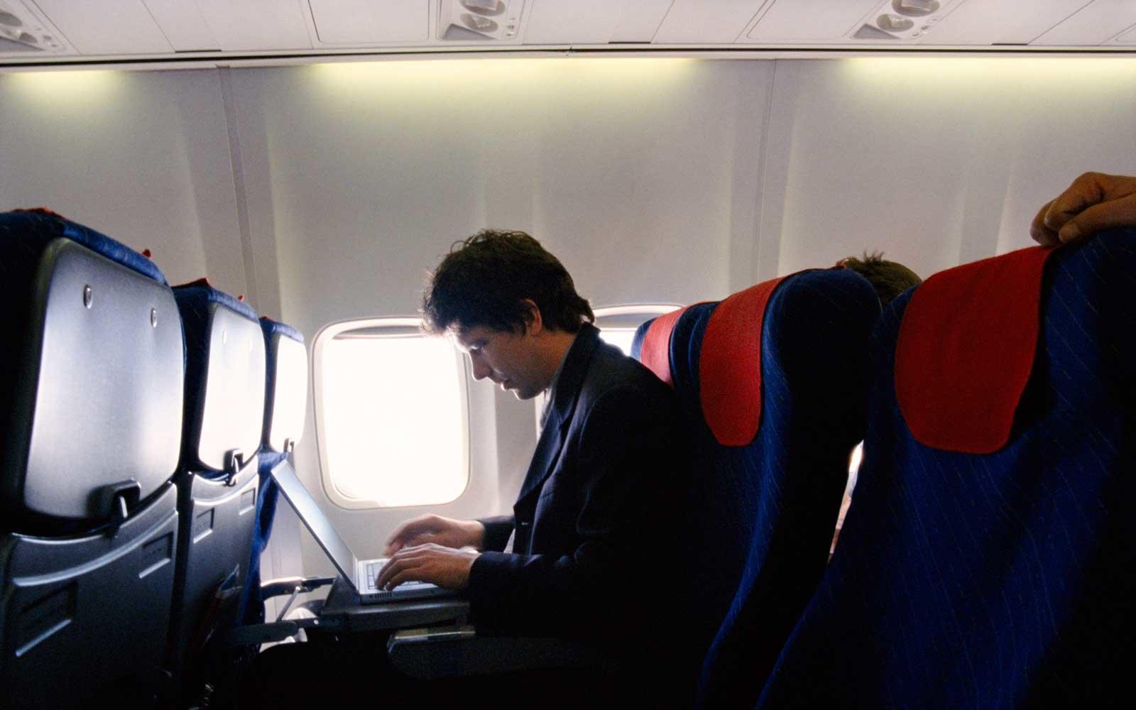 Большинство гаджетов на рейсах из Ближнего Востока и Африки теперь запрещены. Фото: travelandleisure.com