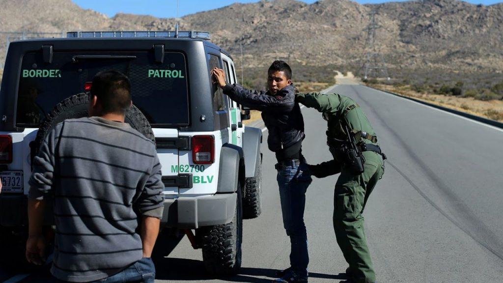 Даже если вы не собираетесь пересекать границу, но находитесь в 100 милях от нее, вас могут обыскать таможенные службы. Фото ytimg.com