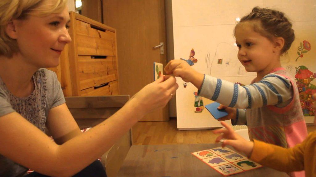 Одна из самых популярных игр для развития ребенка - лото. Фото Youtube