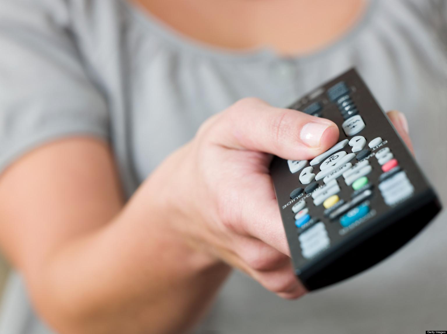 Пультом пользуются в доме все, так что нужно его протирать. Фото: huffingtonpost.com