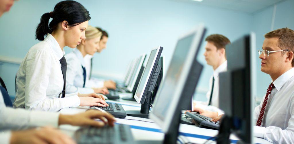 Теперь компаниям и работникам придется ждать одобрения заявки на получение визы от трех до шести месяцев. Фото ukr.life
