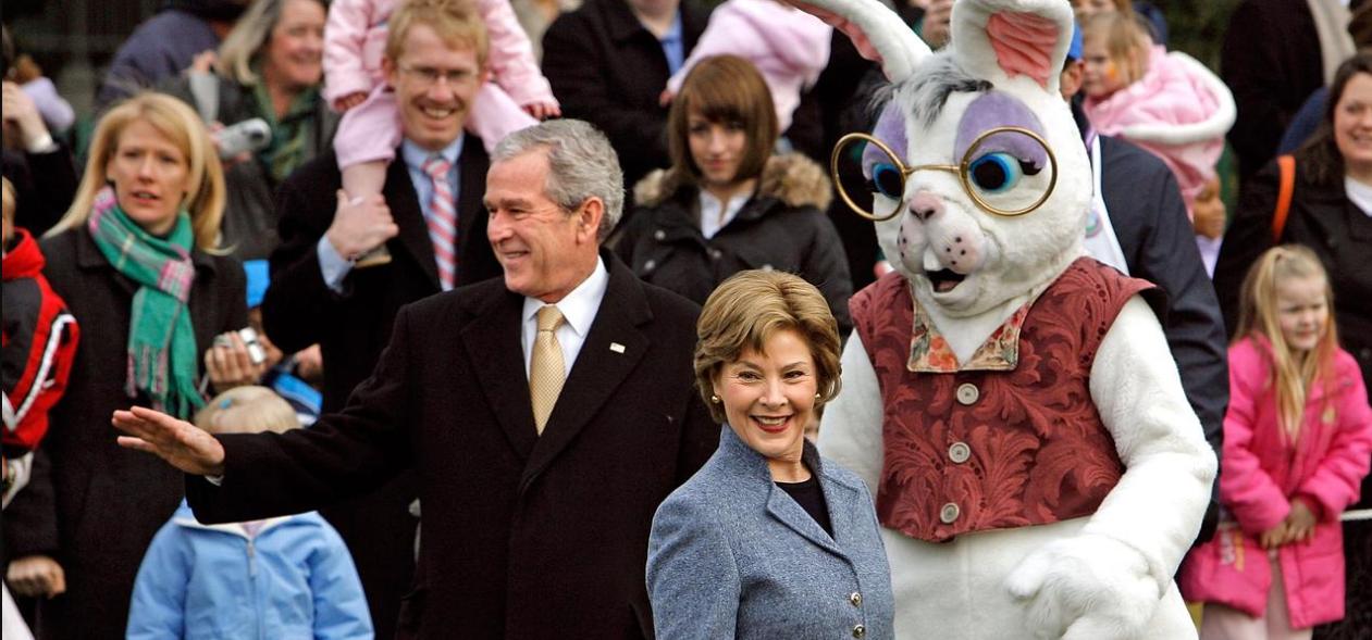 Джордж Буш-младший и Шон Спайсер в роли пасхального кролика. Фото: deathandtaxesmag.com