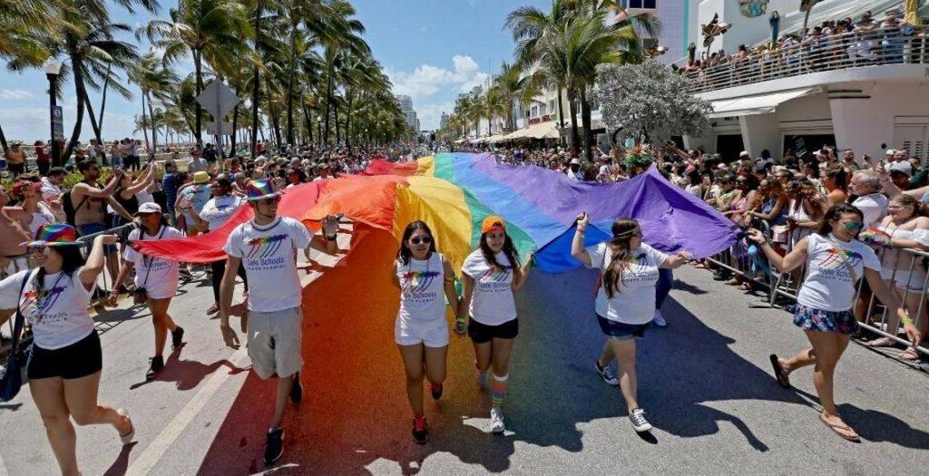 Главное событие выходных - гей-парад на Оушен Драйв.