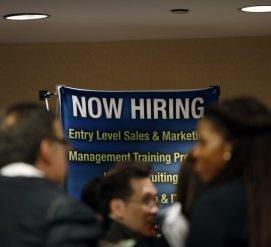 Рабочих мест стало в два раза меньше, но уровень безработицы рекордно низкий. Как это возможно?