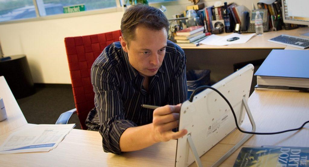 Илон Маск на рабочем месте. Фото entrepreneur.com