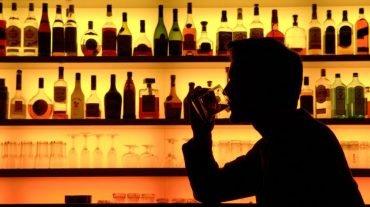 ARCHIV - Ein Bar-Besucher genießt in einer Szene-Bar in Frankfurt am Main ein Glas Whiskey mit Eis (Foto vom 20.11.2007, Illustration zum Thema Alkohol). Streng abgeschirmt hat am Mittwoch (11.02.2009) vor dem Berliner Landgericht der Prozess um das Wetttrinken zwischen einem Schüler und einem Kneipenwirt begonnen. Dem jetzt 28 Jahre alten Gastwirt wird Körperverletzung mit Todesfolge vorgeworfen. Der Gymnasiast hatte sich Ende Februar 2007 mit mindestens 45 Tequila ins Koma getrunken. Er starb etwa vier Wochen später an Alkoholvergiftung. Der angeklagte Kneipenwirt übernahm vor Gericht die Verantwortung für den Tod eines 16-jährigen Schülers. Foto: Klaus-Dietmar Gabbert dpa /lbn +++(c) dpa - Bildfunk+++