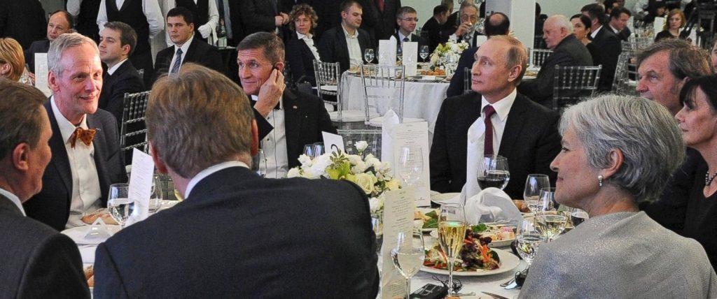 Майкл Флинн (слева) рядом с Владимиром Путиным на юбилее RT. Фото abcnews.com