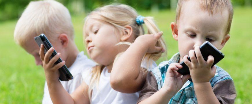 Из-за электронных девайсов у детей нет по-настоящему счастливого детства. Фото: tech4kids.com