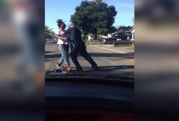ВИДЕО: Полицейский из Сакраменто избил прохожего