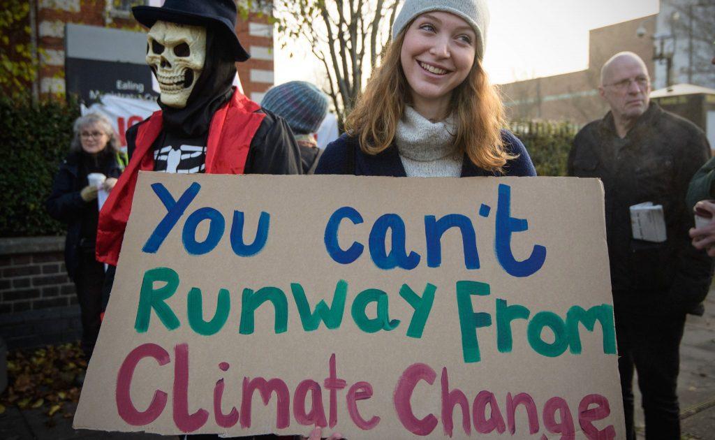 """""""Вам не сбежать от изменений климата"""" - гласит надпись на плакате одной из участниц марша. Фото popsugar-assets.com"""