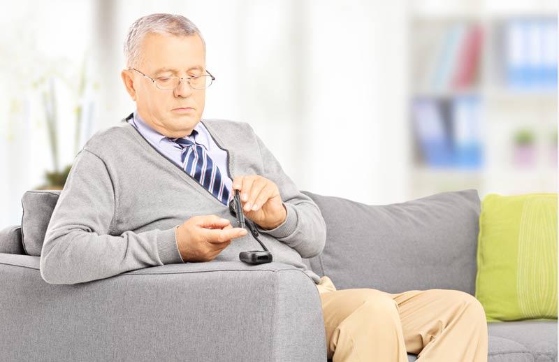 Сейчас люди с диабетом могут определить уровень сахара только при помощи проникания под кожу. Фото: euroonco.ru