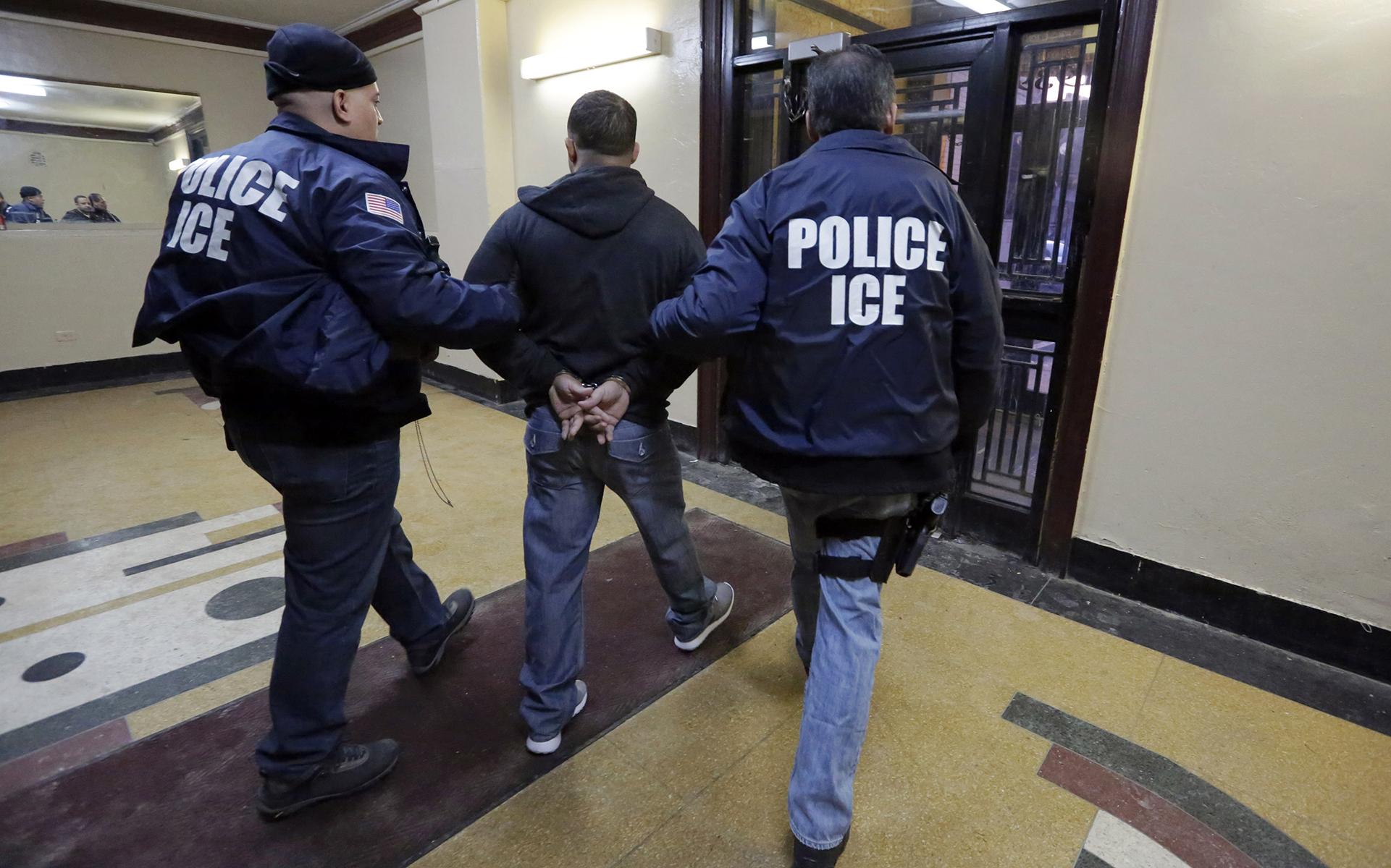Иммиграционные службы решили депортировать нелегалов, желающих изменить статус. Фото: ramonherrerareporting.com