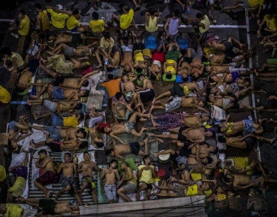 Фото из серии лучшей новостной фотографии, рассказывающее о нечеловеческом обращении полиции Филлиппин с жителями страны. Фото: pulitzer.org