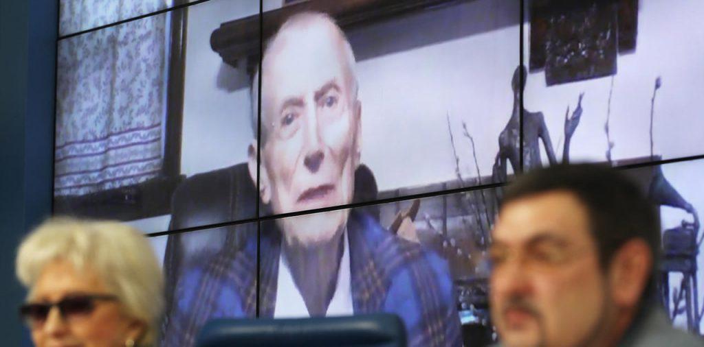 Евгений Евтушенко по видеосвязи участвует в московских мероприятиях, посвященных его грядущему 85-летию. Март 2017 года. Фото meduza.io