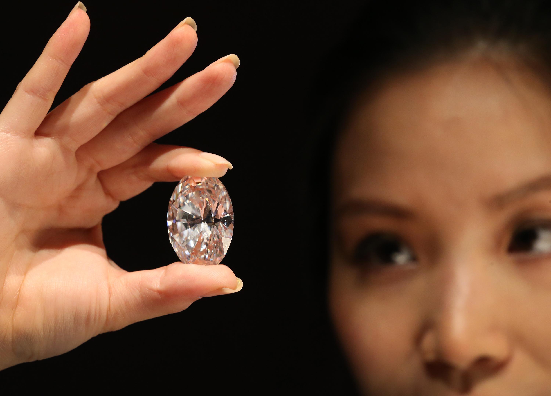 Все больше людей покупают обручальные кольца с искусственными бриллиантами. Фото: cbsnews.com