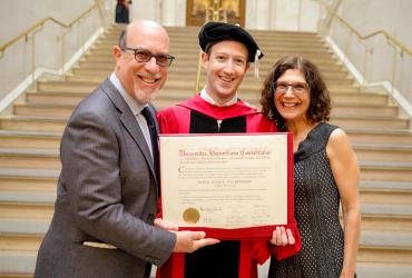 Марк Цукерберг наконец-то закончил Гарвард