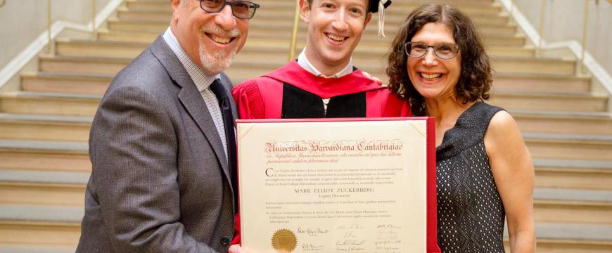 Цукерберг теперь официальный выпускник Гарварда. Фото: businessinsider.com