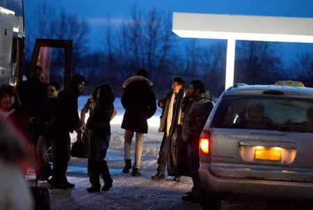 Таксисты довозят иммигрантов на границу. Фото: yahoo.com