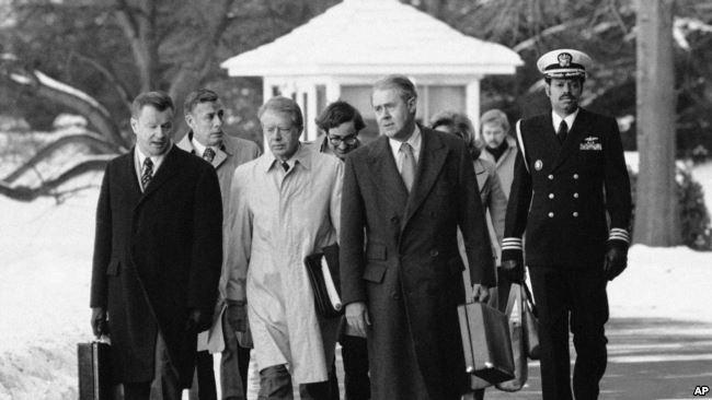 Президент Джимми Картер с госсекретарем Вансом Сайрусом и советником по национальной безопасности Збигневом Бжезинским. Фото Голос Америки