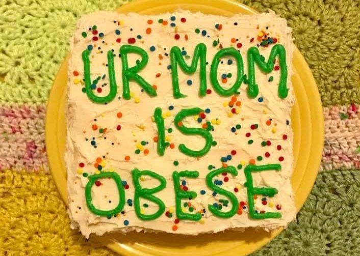 Надпись на торте: «Твоя мама — толстая». Фото kat_thek.