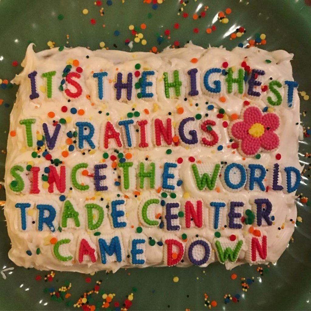 Надпись на торте: «Высочайшие ТВ-рейтинги со времён падения Всемирного торгового центра [11 сентября]». Фото kat_thek.