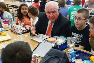 Новое правительство отменило нормы школьного питания Мишель Обамы