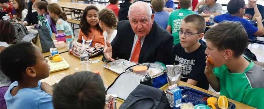Сонни Пердью на обеде со школьниками. Фото: abcnews.go.com