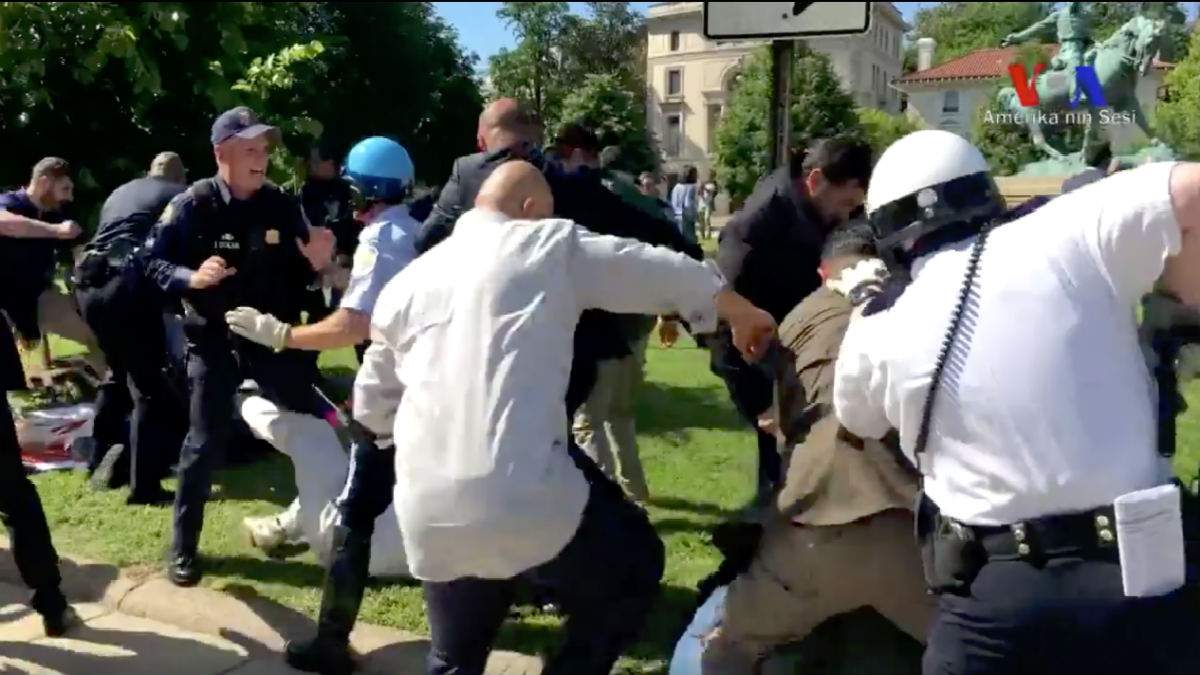 Сторонники Эрдогана побили протестующих возле Белого дома. Фото: conservativereview.com