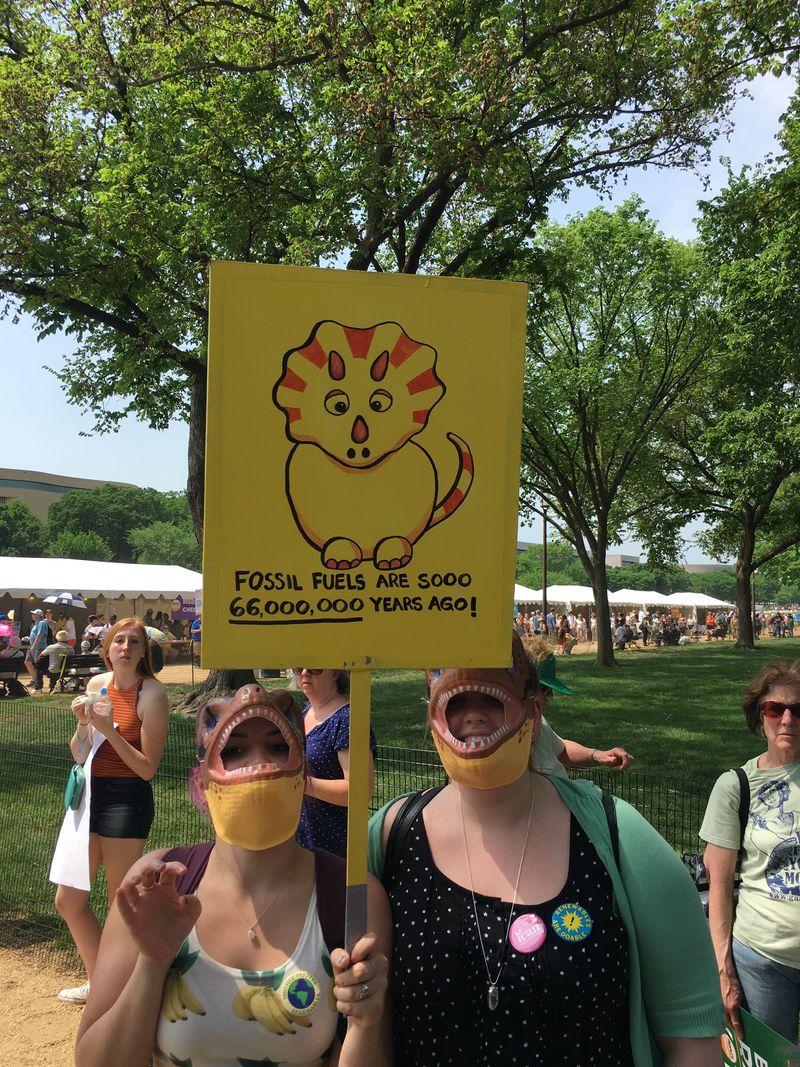 Так активисты пытались доказать, что ископаемое топливо устарело. Фото: vox.com