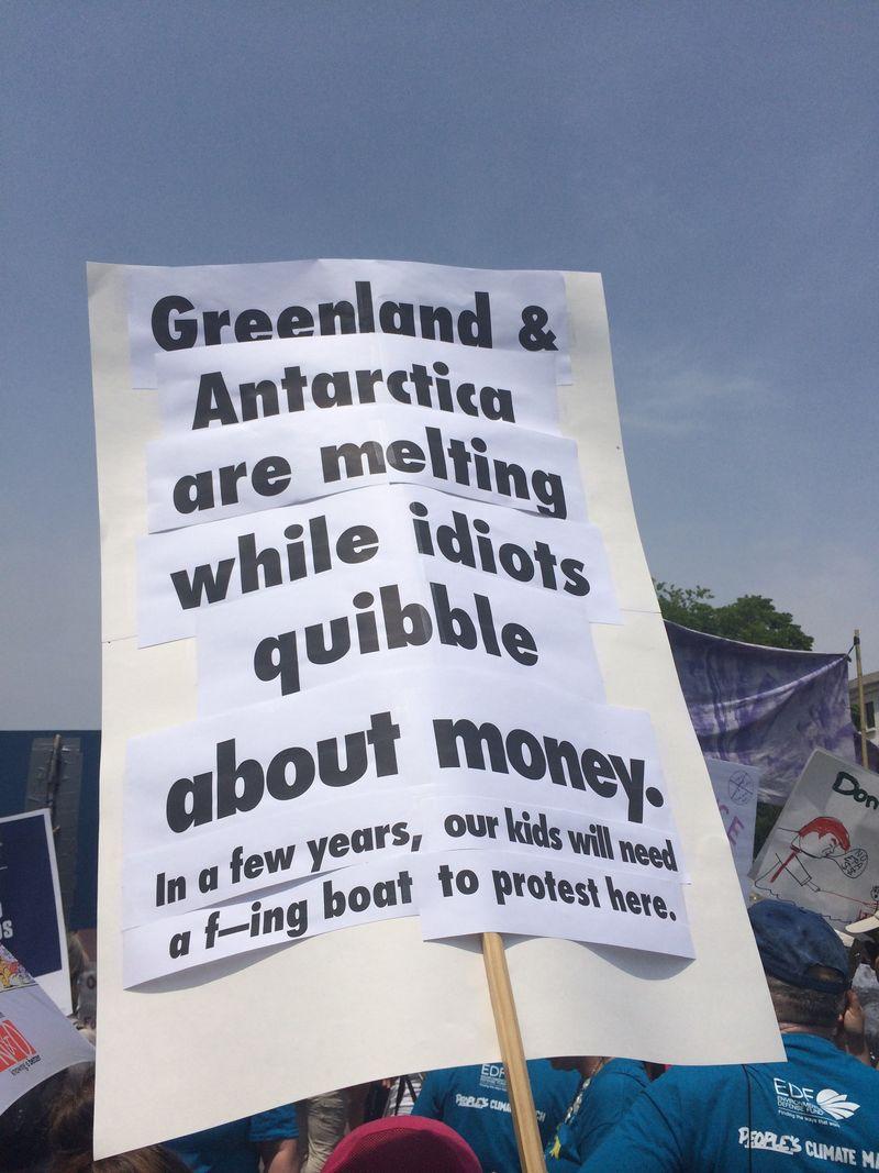 """""""Гренландия и Антарктика тают, пока идиоты препираются по поводу денег"""". Фото: vox.com"""