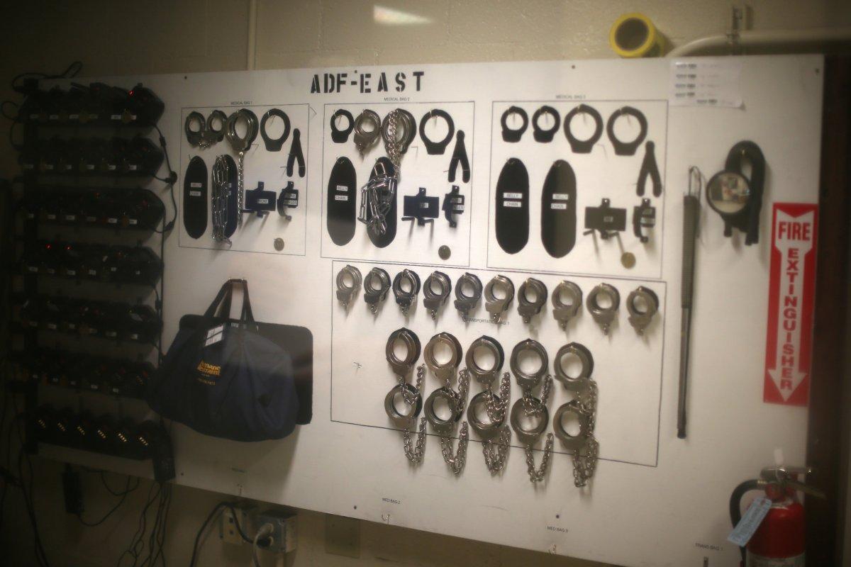 У входа есть стена наручников, которую могут использовать сотрудники центра заключения. Фото: businessinsider.com