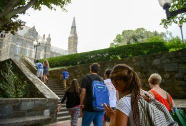 Десятки тысяч иностранных студентов остаются в США, несмотря на истекшие визы