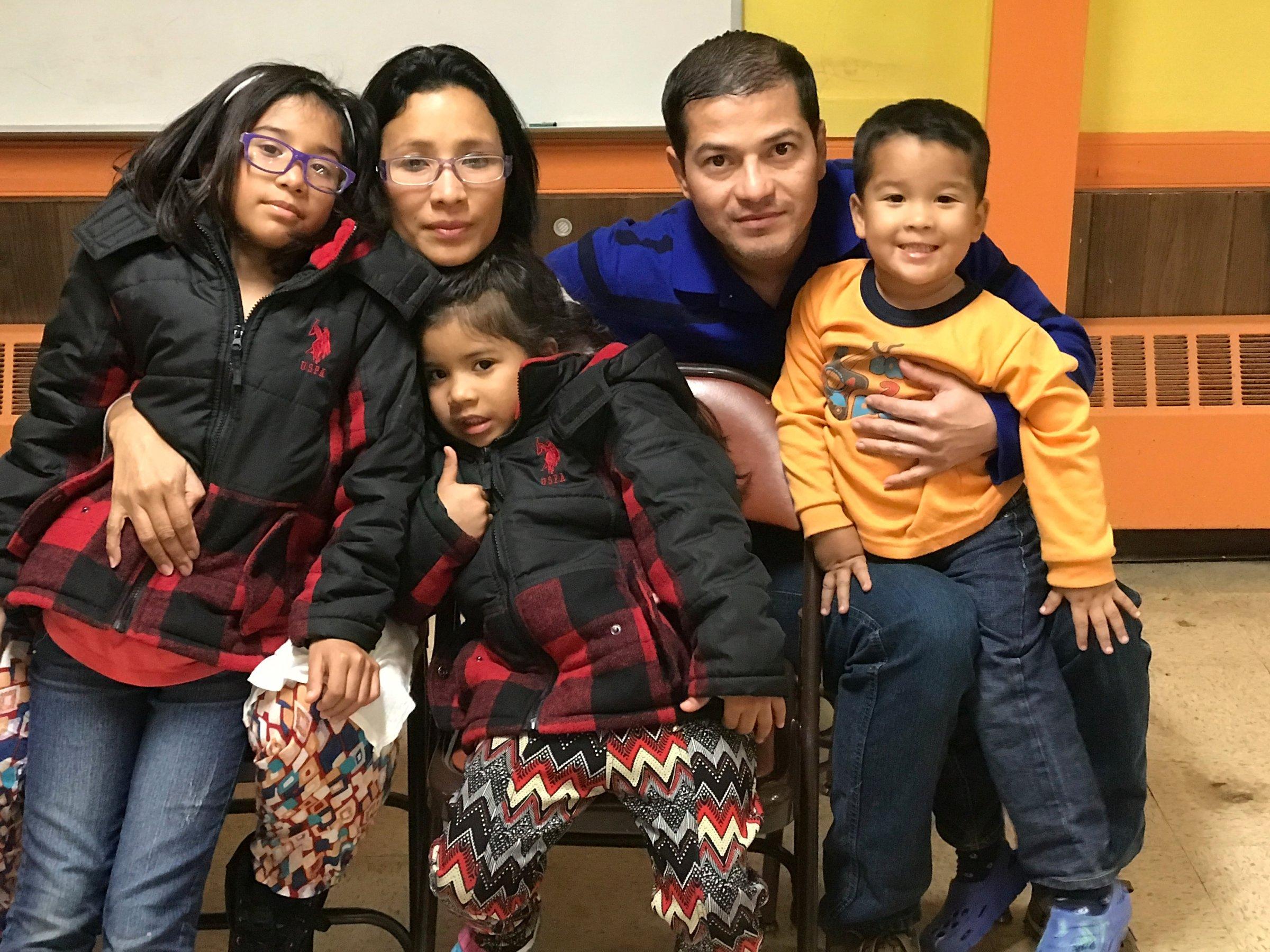 Семья, которой помогла церковь Святого Луки. Фото: businessinsider.com