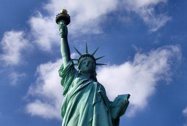 Все больше людей мечтают выиграть право стать американцами. Фото rinzler.com