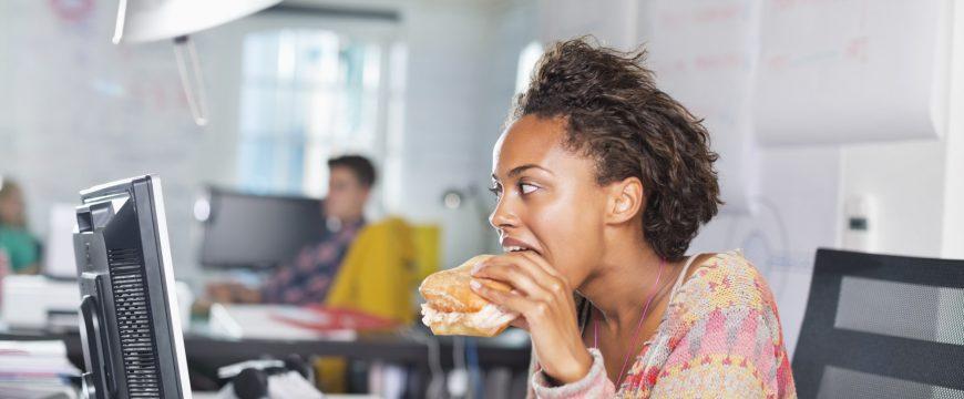 Люди часто обвиняют офисную работу в лишнем весе. Фото: huffingtonpost.co.uk