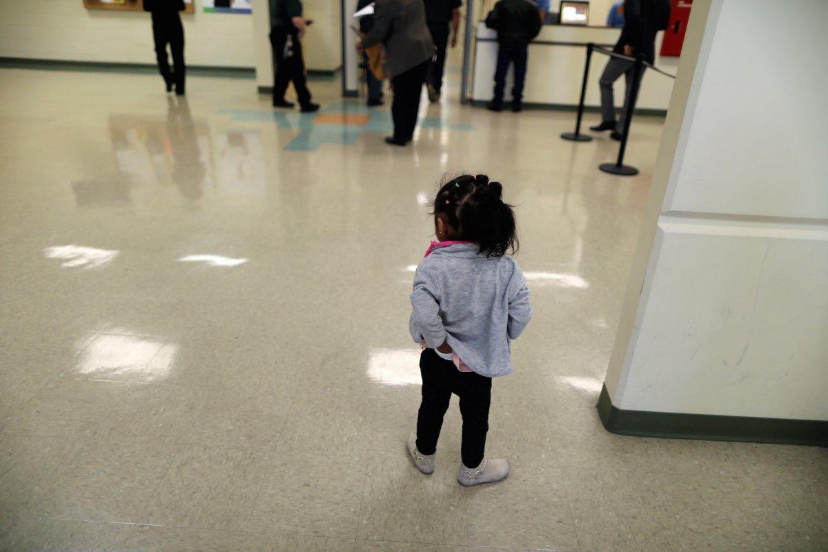 Девочка пришла в цетр временного содержания. Фото: businessinsider.com