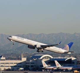Самолет United Airlines загорелся во время взлета