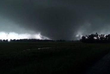 ВИДЕО: Смертоносные торнадо движутся на север США