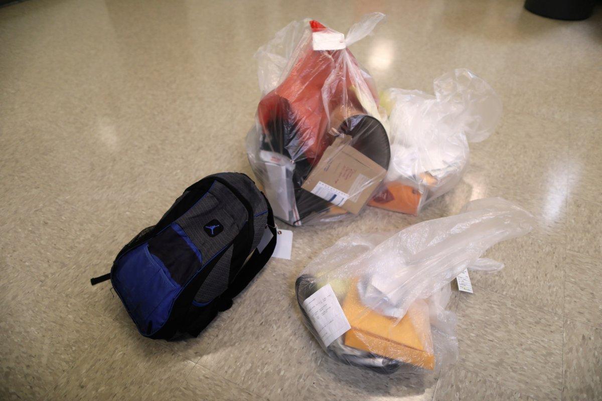 Когда иммигранты регистрируются, они должны отдать свои вещи. Затем им дают униформу и основные туалетные принадлежности. Фото: businessinsider.com