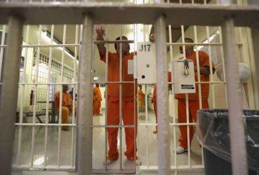 Заключенные подали в суд на иммиграционную тюрьму из-за нечеловеческих условий