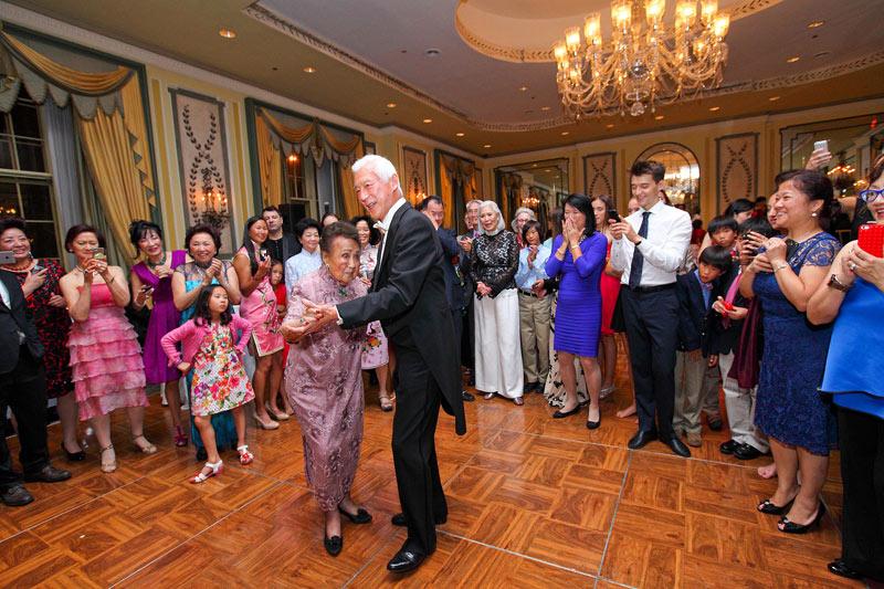 Джулиана танцует на своем 109 Дне Рождения. Фото: elegente.com