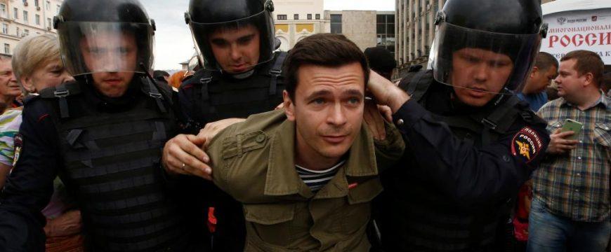 Задержание российского политика Ильи Яшина в День России. Фото: ru.rfi.fr