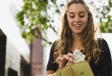 Молодежь умеет экономить, в отличие от их родителей. Фото: smartycents.com