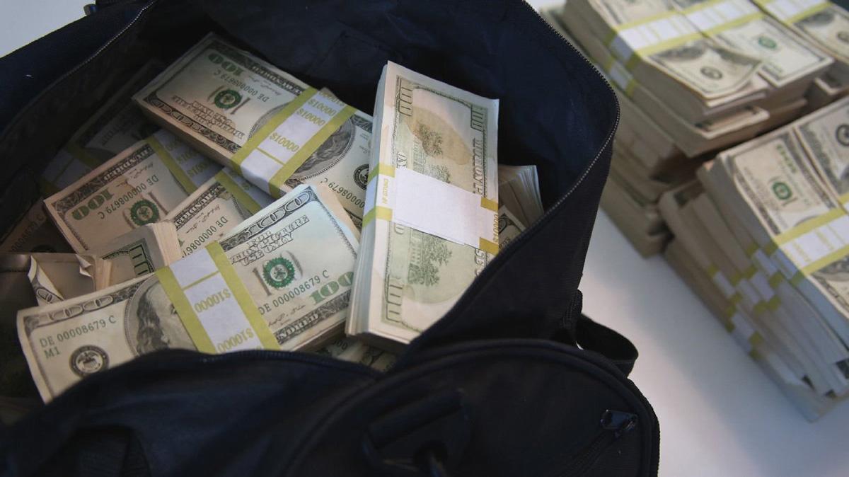 Сотрудники магазина сначала не поверили, что деньги настоящие. Фото: hegreenhead.com