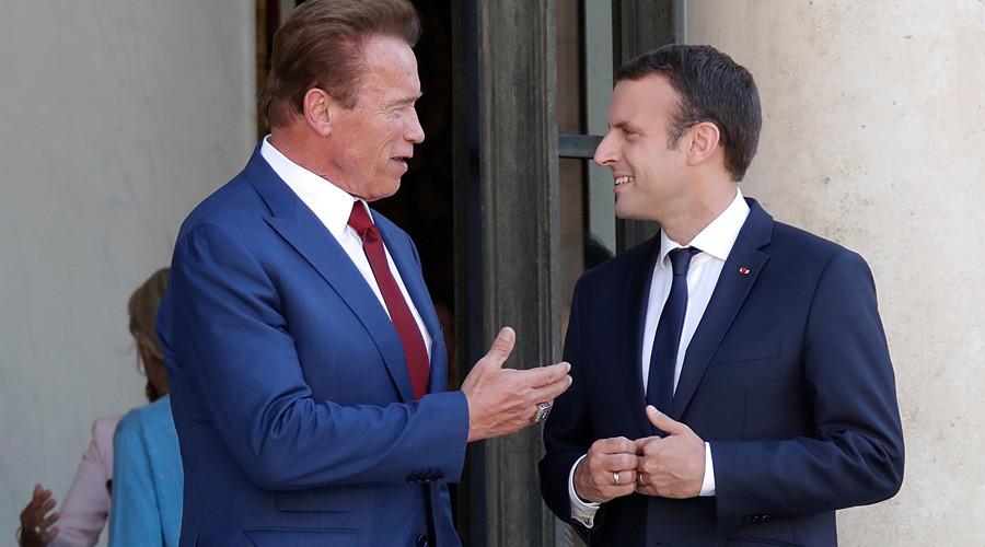 Президент Франции Эммануэль Макрон и  Арнольд Шварценеггер. Фото rt.com