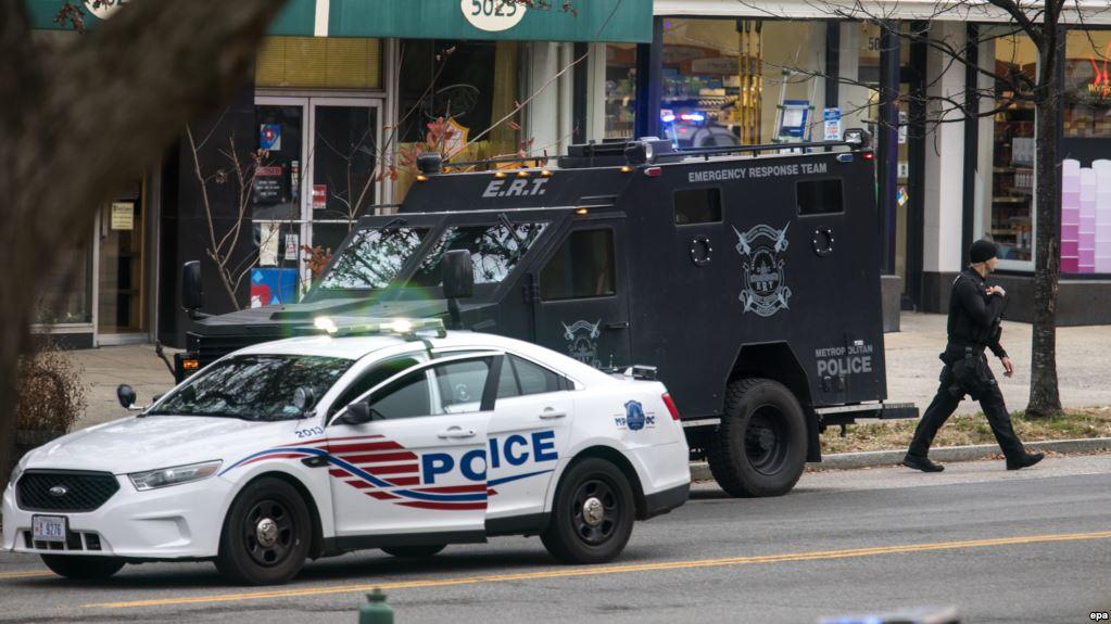 Полиция у входа в пиццерию, в которую ворвался Уэлч. Фото rferl.org
