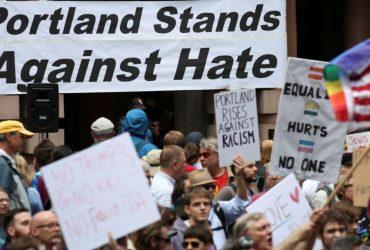 Сторонники и противники Трампа столкнулись на митинге в Портленде