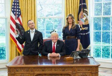 Как учитель из Род-Айленда затмил на фотографии Дональда Трампа